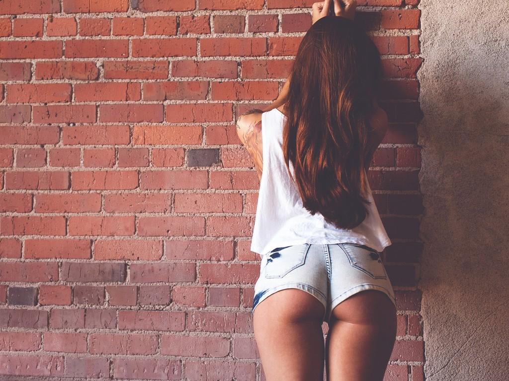 Секс стоя у стены